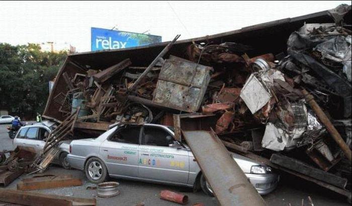 Опрокинулся грузовик с металлоломом (6 фото)