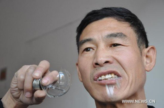 Китаец, поедающий лампочки (4 фото)