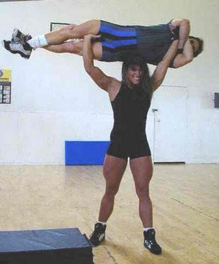 Девушки поднимают мужчин (20 фото)