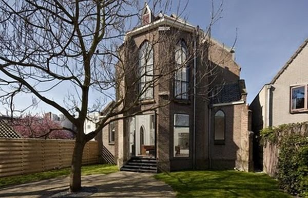 Дом, построенный из бывшей церкви (15 фото)