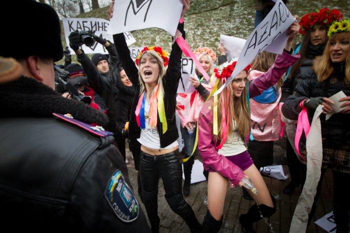 Девушки из Femen помочились на милицейские ботинки (8 фото)