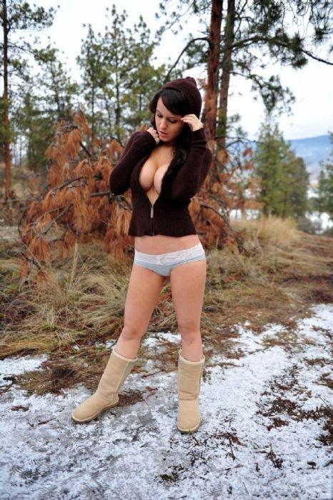 Девушки на улице зимой (33 фото)