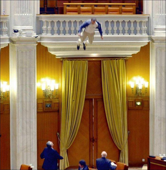 Журналист спрыгнул с балкона парламента (5 фото)