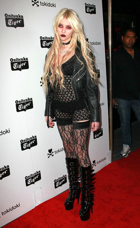 Худшие наряды знаменитостей в 2010 году (17 фото)