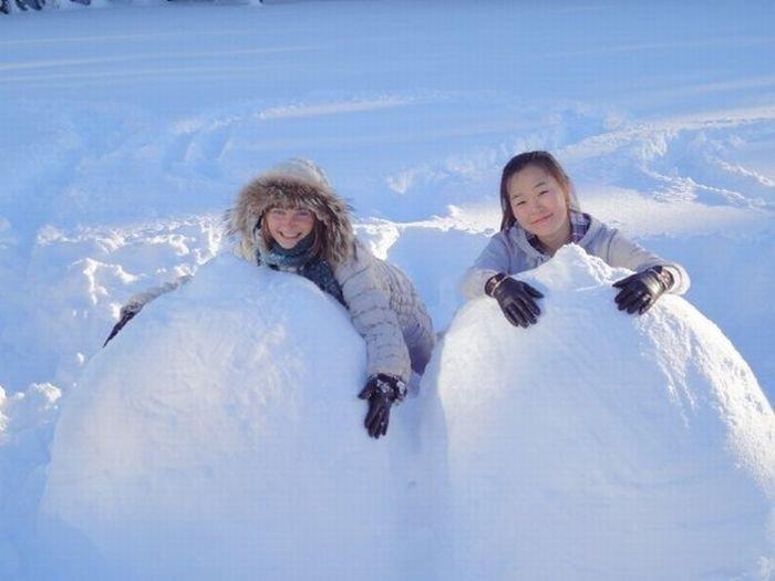 Лепим сиськи из снега (40 фото)
