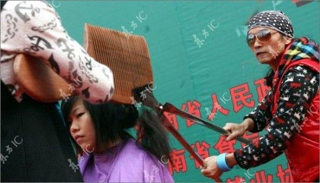 Стрижка огромными ножницами и расческой (7 фото)