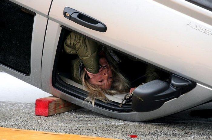 Девушка за рулем (3 фото)
