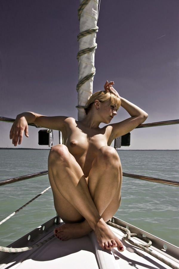 Девушки на лодках (49 фото)