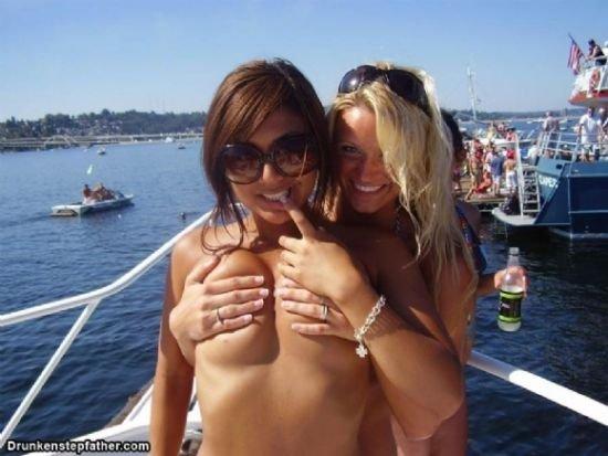 Девушки прикрывают груди (37 фото)