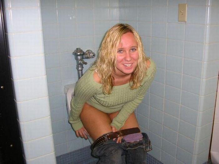 Девушки в мужском туалете (53 фото)