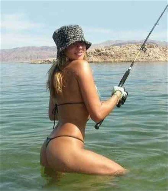 Сексуальные девушки на рыбалке (25 фото)