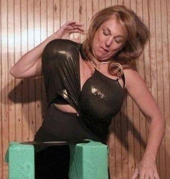 Женщина разбивает грудью предметы (7 фото)