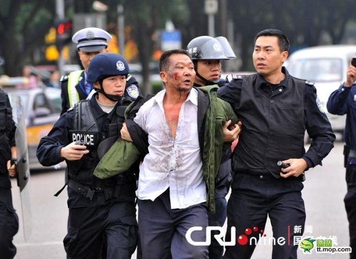 На полицию с ножом (10 фото)