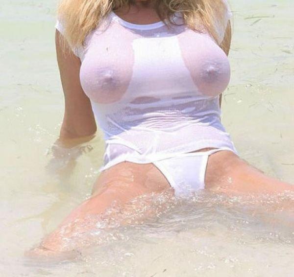 Девушки в мокрой одежде (51 фото)