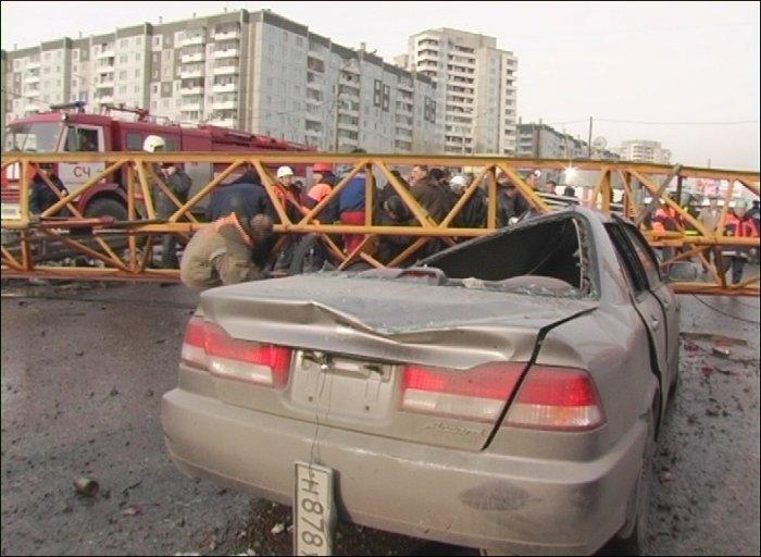 Кран раздавил стоящие автомобили (32 фото + видео)