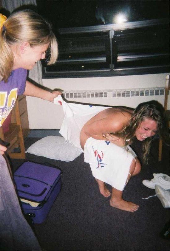 Пьяные девушки снимают трусы (40 фото)