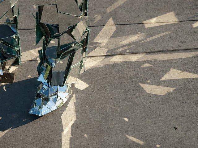Человек-зеркало (6 фото)