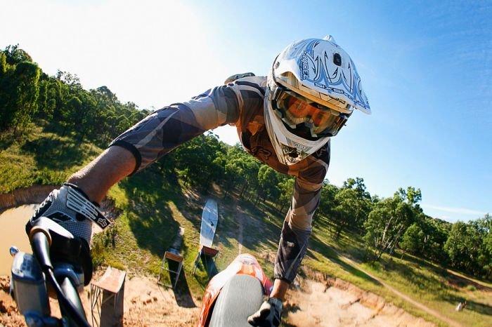 На мотоцикле через пропасть (2 фото)