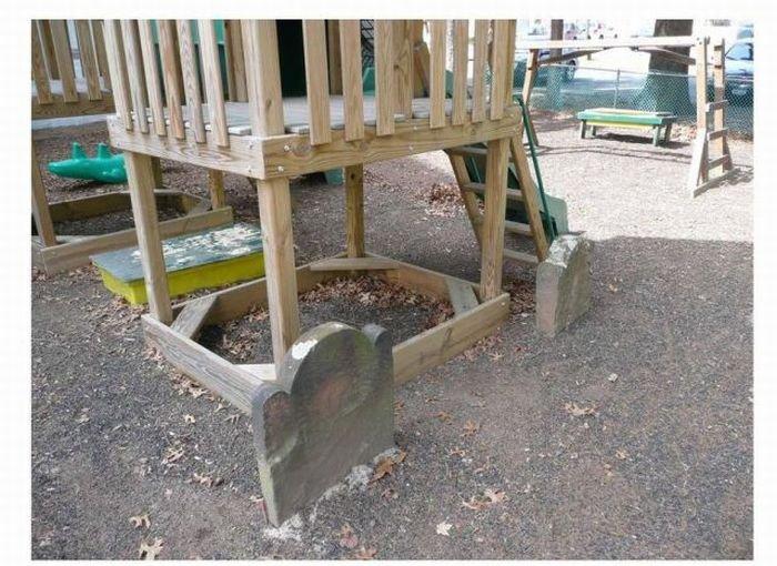 Детская площадка на кладбище (5 фото)
