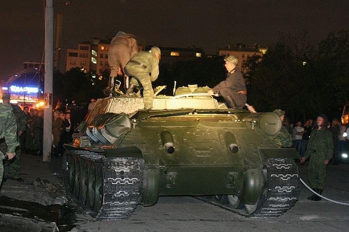 Перевернутый танк в Москве (10 фото)