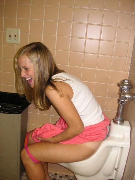 в девушки туалете писали