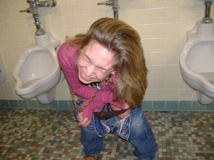 Девушки в мужских туалетах (53 фото)
