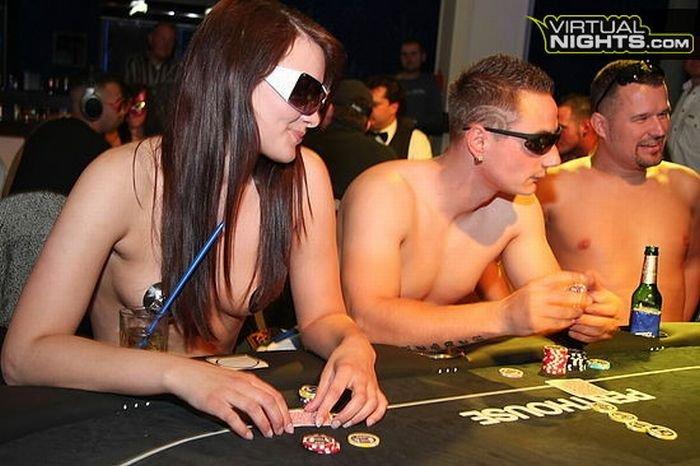 Турнир по стрип-покеру (32 фото)