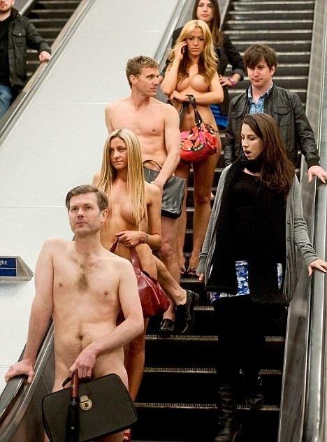 Голые офисные работники в метро (5 фото)