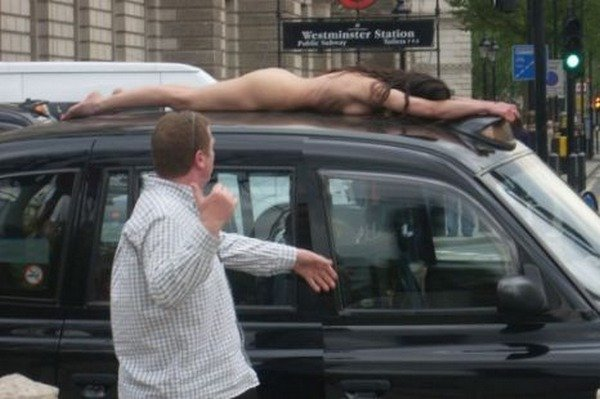 Голый протест в Лондоне (2 фото)