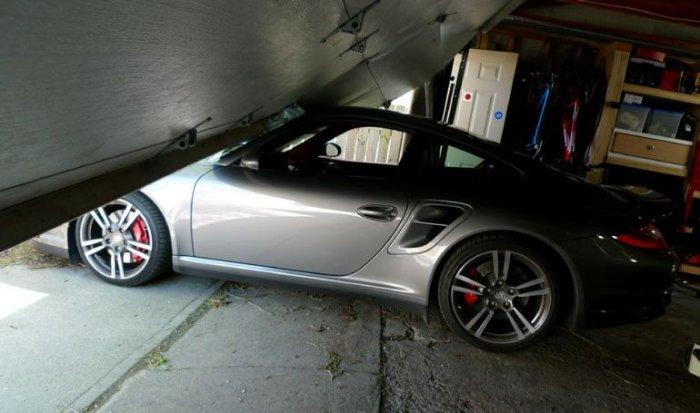 Неудачный выезд из гаража (6 фото)