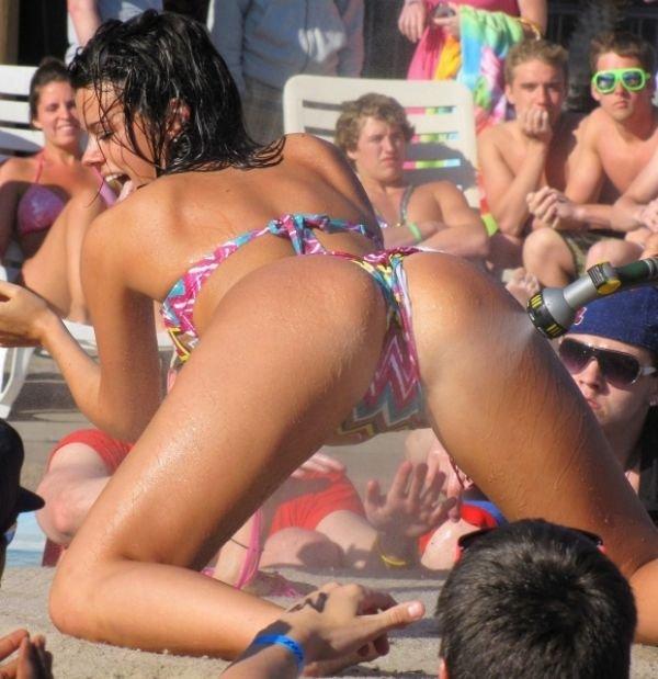 Девушки в бикини (26 фото)