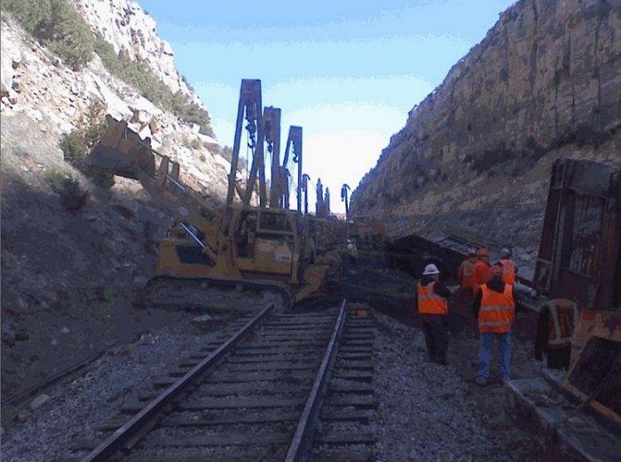 Камень опрокинул поезд (9 фото)
