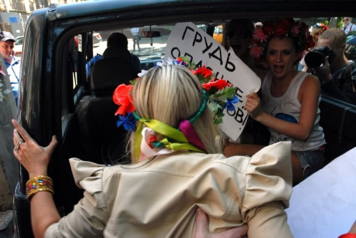 Femen поддержала акцию синих ведерок (17 фото)