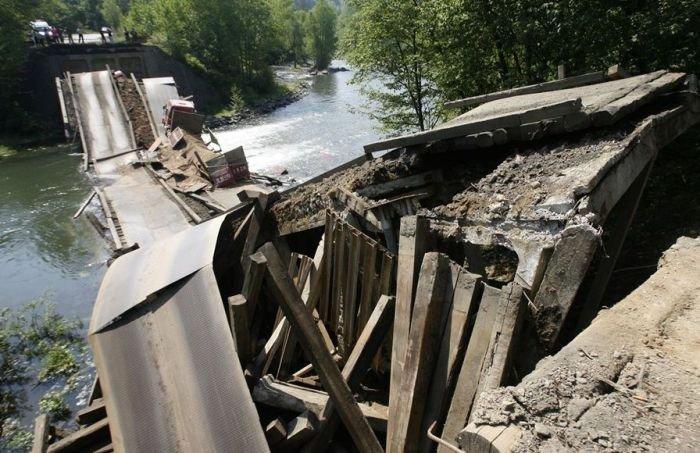Мост не выдержал (7 фото)