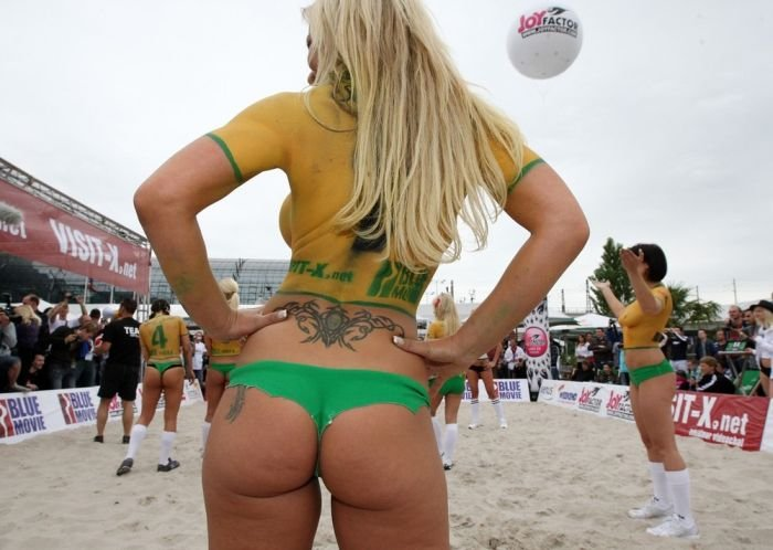 Порномодели играют в футбол (20 фото)