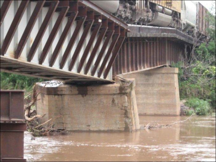 Просевший мост в США (7 фото)