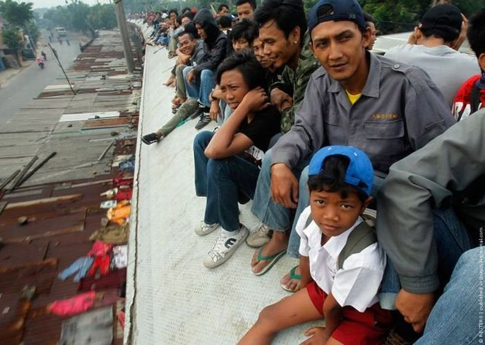 Поездка на поезде в Индонезии (26 фото)