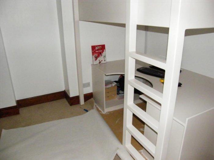 Рабочее место под кроватью (18 фото)