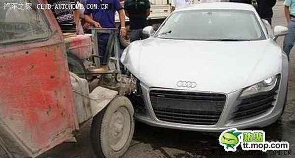 Трактор врезался в Audi R8 (5 фото)