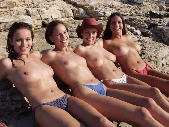 Девушки на пляже топлес (48 фото)