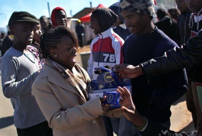 Неудачная раздача презервативов (4 фото)