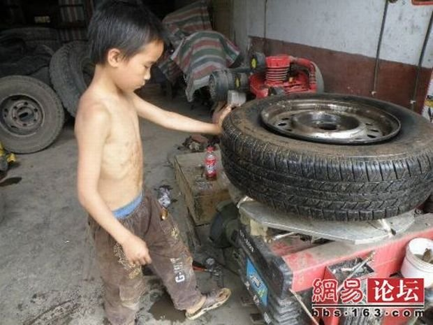 Молодой шиномонтажник (8 фото)