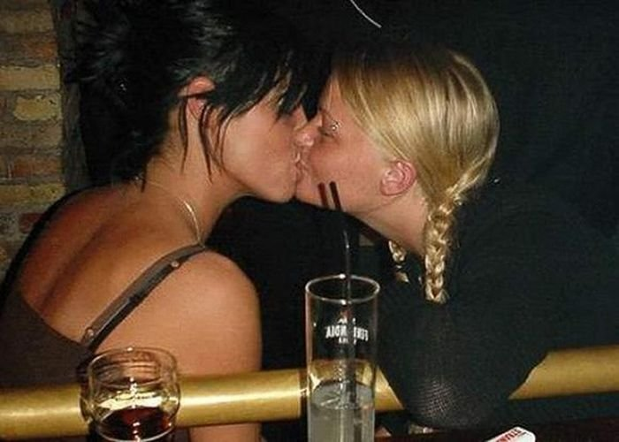 Девушки целуются (129 фото)