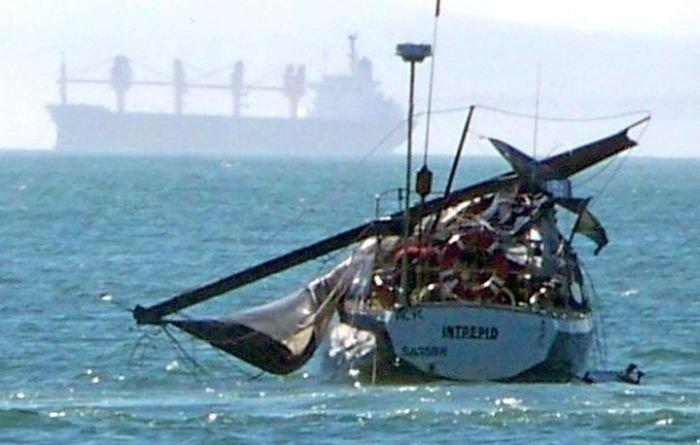Что случилось с этой яхтой? (2 фото)