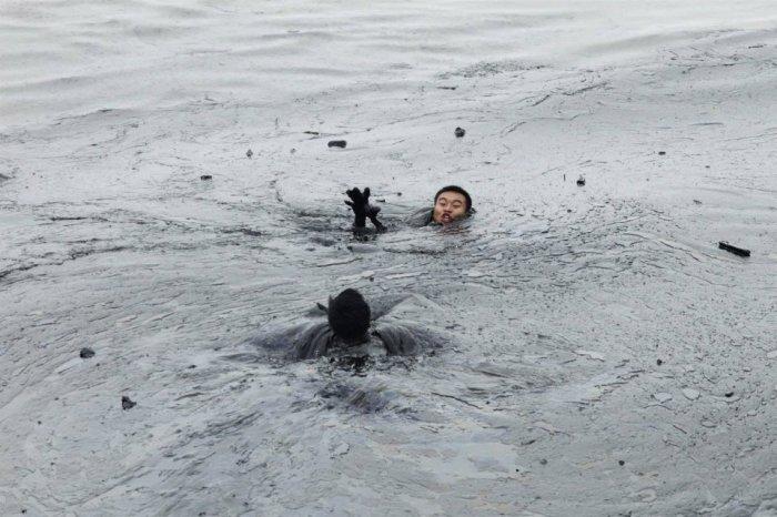 Чуть не утонул в черном золоте (4 фото)
