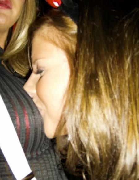 Девушки лезут в декольте к подружкам (110 фото)