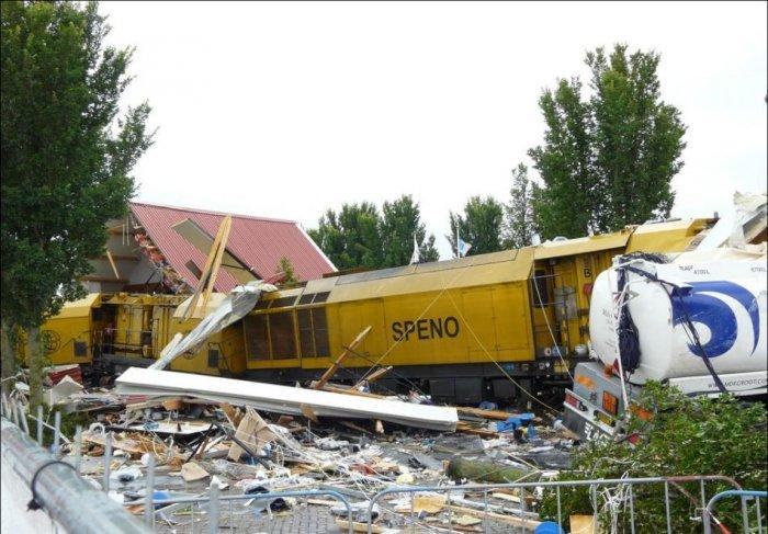 Поезд против дома (5 фото)