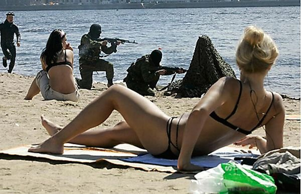 Испорченные фотографии в бикини (25 фото)