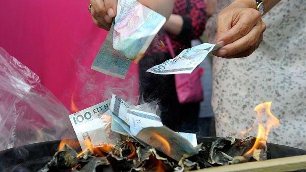 Феминистки сожгли 10 тысяч евро (4 фото)