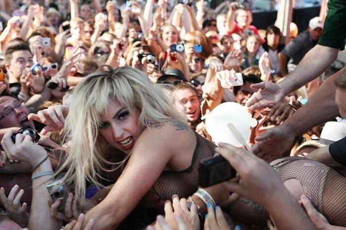 Lady Gaga прыгнула в толпу фанатов на концерте (17 фото)